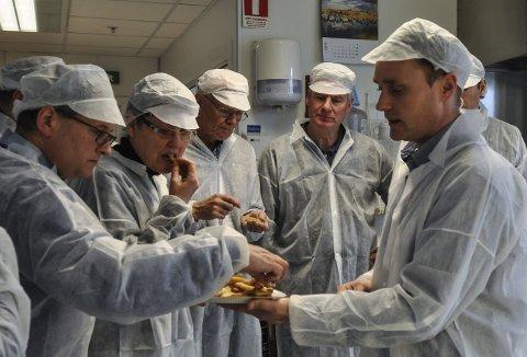 Smaksprøver: Fabrikksjef Trond Flesvig serverte smaksprøver da han viste formannskapet, rådmannen og kommunalsjefen rundt i produksjonslokalene.Foto: kristin Stavik Moshagen