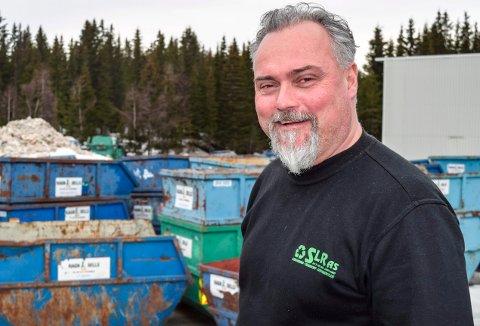 CONTAINERUTLEIE: - Vi har plassen full av conmtainere folk kan leie dersom de har mye de skal kaste og vil unngå å oppsøke miljøstasjon, sier Svein Løken hos SLR AS/Ragn-Sells Gjøvik.