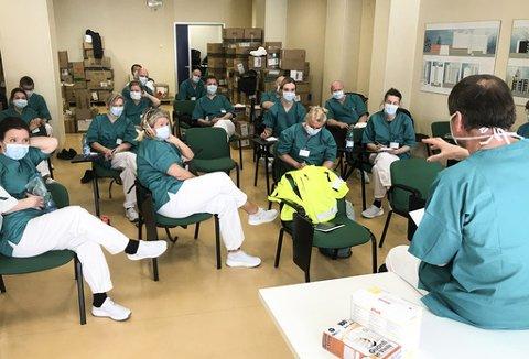BRIF: Det norske helseteamet her under en brif etter først runde på sykehuset i Bergamo i Nord-Italia. Foto: NOR Emergency Medical Team / DSB / NTB scanpix