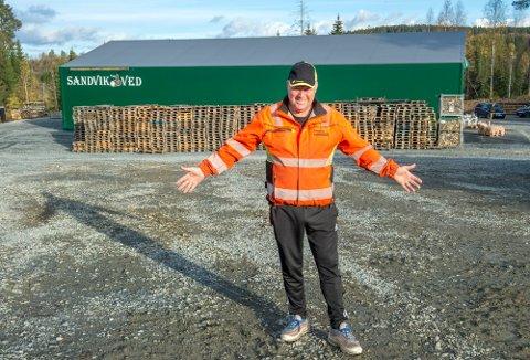 TØMT PÅ REKORDTID: Strømprisene er historisk høye. Det har ført til at vedprodusent Harald Sandvik har tømt lageret sitt på rekordtid.