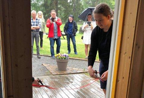 SNORKLIPPING: Thea S. Nilson klipper snora, hun er med i referansegruppen som har deltatt i å forme utstillingen. Én ungdom forsov seg til åpningen, for sånn er det å være ung i Land.