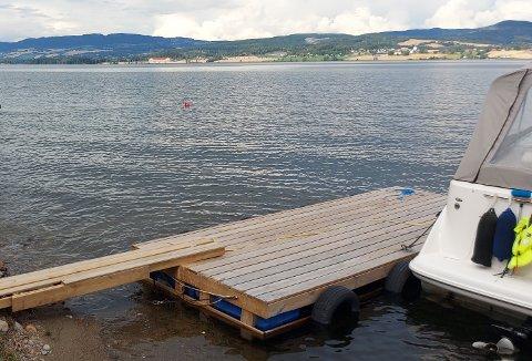 EKSTRA PLASS: Hytteeier har tilrettelagt for båt, for å få større plass. Gjøvik kommune varsler ulovlighetsoppfølging.