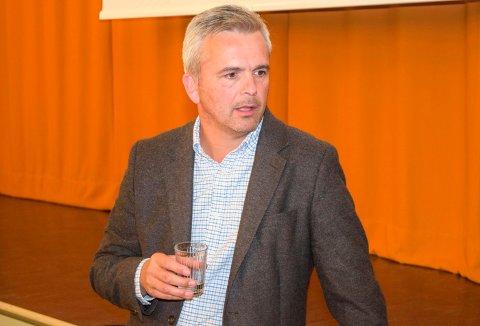PÅ VEKTSKÅLA: Ordfører Bror Helgestads dobeltstemme ble avgjørende da det onsdag kveld ble satt et punktum for stridighetene omkring bevaring eller riving av det verneverdige Solbakken-huset på Lena.