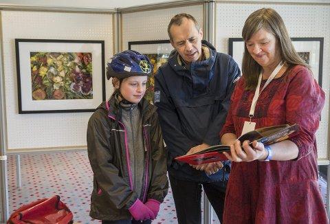 LYTTER OG LÆRER: Agnes Sviu og pappa Bengt hører hva Gro Heining har å fortelle. Foto: Kari Kløvstad