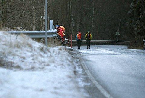 Letemannskaper fra Røde Kors søker etter mannen som ble meldt savnet etter en bilulykke langs Gjersjøen natt til tirsdag.