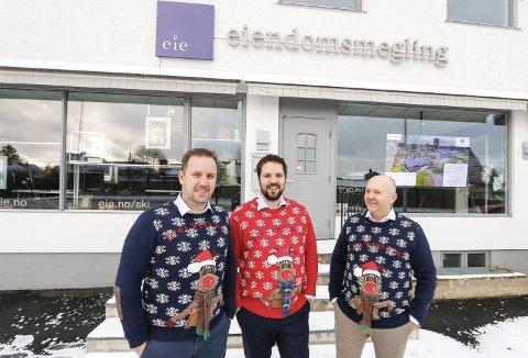 HÅ-HÅ-HÅ: Eie Eiendomsmegling i Ski er i julestemning (og julebekledning) før deres og ØBs tradisjonelle pepperkakehus-konkurranse. Fra venstre Rune Ørndal, Marius Balto Pettersen og Joachim Hoff.