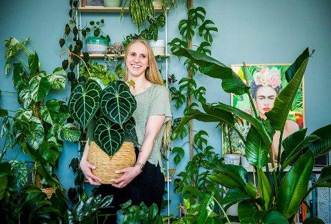 PLANTEDILLA: For florist Celine Mariell Bertheussen er ikke plantene bare jobb, men også en hobby hun deler med mange andre. – Plantetrenden henger nok sammen med at vi ønsker å leve grønnere, tror hun.  FOTO: Ole Berg-Rusten / NTB scanpix /