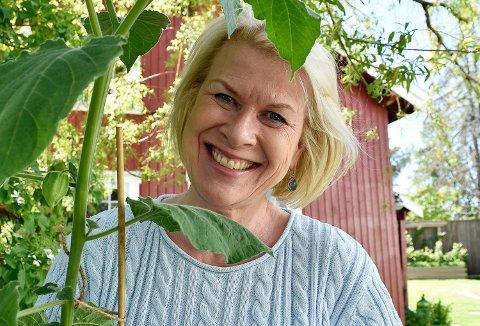 PHYSALIS: Ingeborg Aass Holten med en Physalis, som kan trives i norsk sommervær hvis den får en lun krok. Foto: Kjersti Busterudb