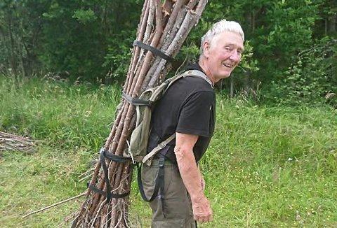 11 TURER: Knut Thorstensen fraktet materialer, utstyr og kvist en kilometer innover i skogen. Det ble elleve turer.