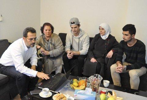 Følger utviklingen på nett og gjennom venner og familie: Omar Altinawi, Hiam al-Chirout, Abdelghafor Altinawi (15), Afaf Altinawi og Abdelaziz Altinawi (24) frykter for familie og venner i Syria.foto: vårin alme