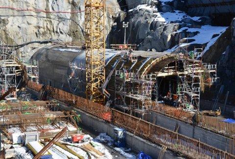 I tillegg til den vanntette tunnelkonstruksjonen skal det også legges en vanntett membran utenpå, før hele området fylles over med masser.