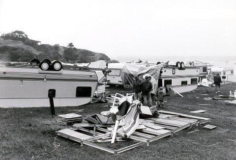 SKYPUMPE. På Stolpestad Camping ved Naverfjorden så det slik ut etter at en skypumpe hadde herjet der i noen sekunder en junidag i 1989. Foto: Roger W. Sørdahl.