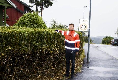 FRI SIKT: Christian Trankjær i Larvik kommune oppfordrer alle som har fått beskjed om å klippe hekkene sine, til å gjøre nettopp det. Her i en tidligere sak fra 2017.