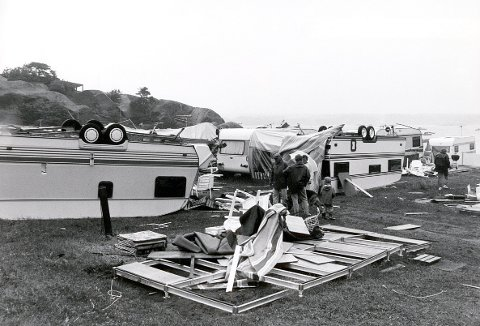 SKYPUMPE: På Stolpestad Camping ved Naverfjorden så det slik ut etter at en skypumpe hadde herjet der i noen sekunder en junidag i 1989.