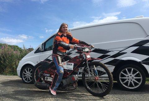 KLAR FOR NM: Therese Smith (17) er klar for lag-NM i Stavanger med laget sitt, Grenland Tigers.