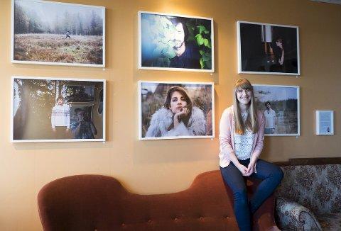 I HAMAR: Lena Isaksens bilder er på plass på veggen hos Tante Gerda. Her får Lena vise fram kunsten sin gratis, mot at Tante Gerda får 20 prosent av eventuell salgssum i provisjon. (Foto: May Britt Dammen)