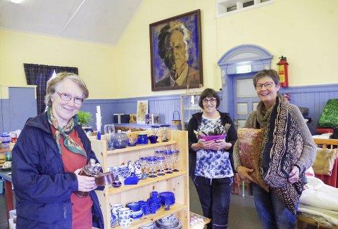 HELE SALEN FULL: Anne Karin Næss (fra venstre), Rita Strand og Guri Solvang har fylt andre etasje i ærverdige Rambu med lopper. Bjørnson på veggen er ikke til salgs. Foto: Tonje Hovensjø Løkken