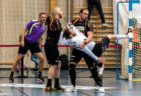 TØFF KAMP: Halden spilte uavgjort 35-35 borte mot Elverum da lagene møttes i serien i høst. Foto: Hans Petter Wille
