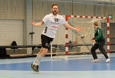 I FINALEN: Thrainn Orri Jonsson var en av hovedaktørene da Elverum feide Bækkelaget av eget gulv i NM-semifinalen. Islendingen scoret seks mål i 37-26-seieren.