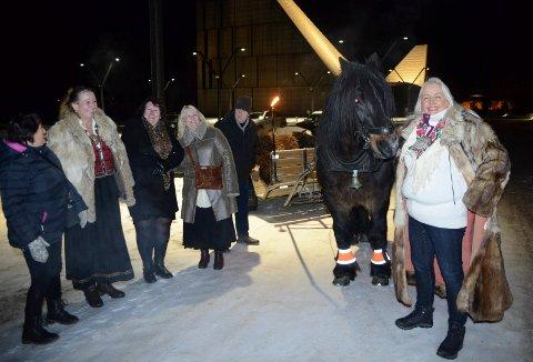 GJESTER: Svenske gjester, til venstre, var med under tilstelningen på kirkegården.
