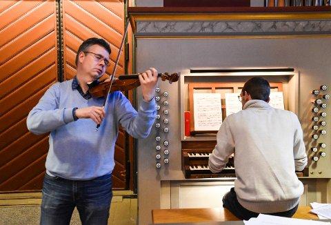 SPILLER SAMMEN FOR FØRSTE GANG: Geir Inge Lotsberg, fiolin, og Ole Andreas Fevang, orgel, spiller sammen i Elverum kirke lørdag 26. januar. Onsdag øvet de sammen.
