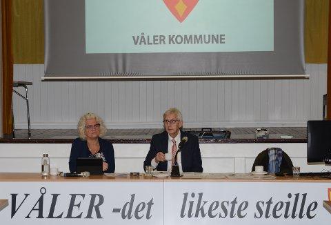 SITTER ENNÅ: Ordfører Ola Cato Lie og varaordfører Maj-Liss Sæterdalen sitter fortsatt ved ordførerpodiet i Våler kommunestyre.