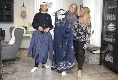 FESTKLARE: I denne Elverumsfamilien er det like naturlig for August  (snart 14) som Amalie (16) og mamma Anne Mari Løchting å pynte seg 17. mai.  Amalie gleder seg til å ta på seg bunaden, mens August har dressen klar.