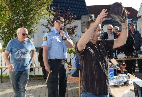 KOFFERTEN: Rolf Snertingdal hos Solør-politiet viser fram kofferten maken til den Kjell i Olsen-banden har. Bak venter auksjonarius og politisjef Mattis Briskerud på budene.