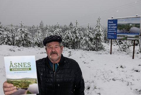 SKOGEN: Det vokser godt i kirkeskogen i Åsnes. Nå er skogens historie skrevet, og 15 hyttetomter ved Vermundsjøen skal selges. Finn Erik Vermundsberget har skrevet historien.