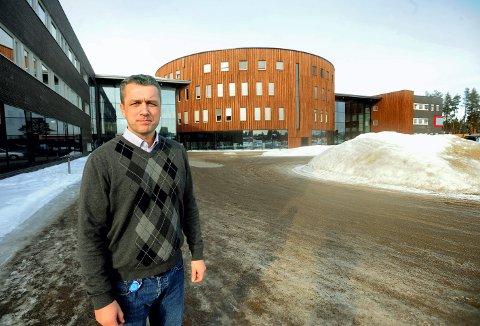 BETALER HJEMREISEN: Kommunikasjon- og markedsdirektør Frode Skår opplyser at Høgskolen i Innlandet betaler hjemreisen for studentene som befinner seg i utlandet.