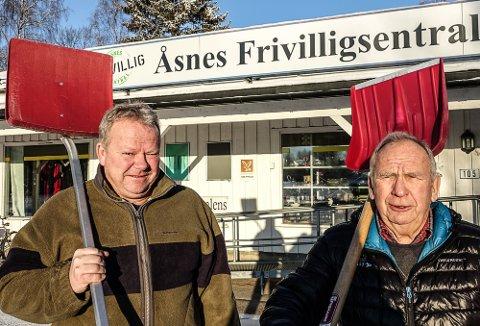 STILLER OPP: Daglig leder Geir Toverud, til venstre, og Arne Halvorsen to av heltene ved frivilligsentralen og stiller opp straks noen ber om hjelp.
