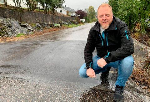 – NYTTER Å STÅ PÅ KRAVA: Pål Huseby Larsen i Grønlivegen stråler etter at kommunen bygde fartshumper i nabolaget. – Det viser at det nytter å stå på krava, sier tobarnsfaren til PD.
