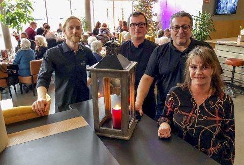 GLADSTEMT GJENG: Anders Flohr (servitør), Sebastian Kielbicki (kokk), Erdal og Merete Knutsen (eierne) opplever en god utvikling både på Elvespeilet Mat & Vinbar og i selskapet generelt.
