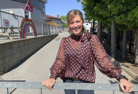 GODE ERFARINGER: Styrer i Melkeveien barnehage på Heistad, Annette Kløverød sier at de kommer til å fortsette å dele barna inn i grupper på seks selv om de nå får lov til å samle hele avdelinger igjen.