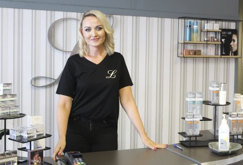 DRØMMEJOBB: Linda Strømme Heggelund (44) har jobbet som hudpleier i over 26 år. Hun forteller at hun gleder seg til å dra på jobb hver dag.