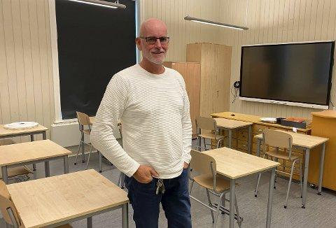 SPENT: Rektor på Tveten skole, Terje Sønslien, viser fram klasserommene til de 31 flyktningbarna som har sin første skoledag tirsdag.