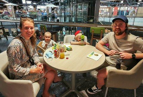 FORNØYDE: Hedda Jamtvedt og samboer Kim André Espelid med barna Preben og Birk var glade for å kunne ta seg en sandwich på Subway igjen.