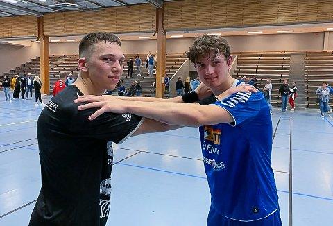 Leo Naper Lindberget og tidligere lagkamerat Halvor Gjesdal. Det var en merkelig følelse for Halvor og spillemot kameratene han trente med for bare en drøy måned siden.