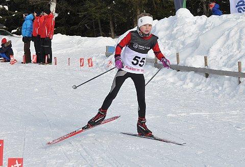 ALLSIDIG:Malin Søtorp Solberg (snart 12 år)driver med fem forskjellige idretter. Her går hun kretsrenn i langrenn før hun skulle spille håndballkamp senere på dagen.