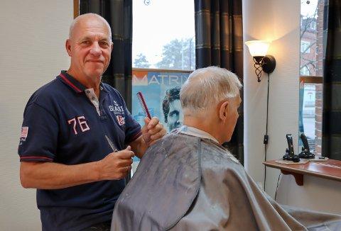 TRIVES: Jørgen Børjesson har drevet Jørgen Salong i Rakkestad i 45 år. Nylig fylte han 70 år, og har ingen pensjonsplaner.