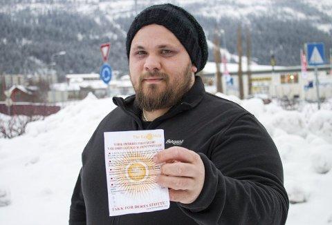 Lapp i postkassen: Alexander Loiro fikk lapp i postkassen hvor organisasjonen Ray of help etterspurte klær. Organisasjonen står på Innsamlingskontrollens OBS-liste. Foto: Lisa Ditlefsen