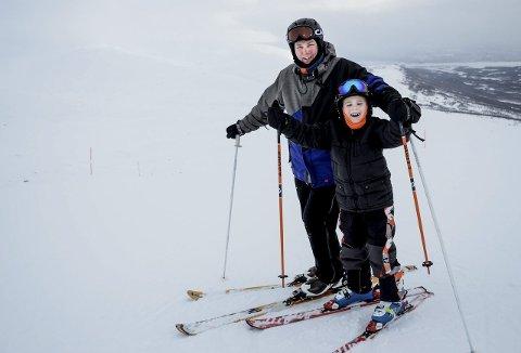 Skiglede:Marius Malbekk Mastermo og pappa Hans Marius Mastermo koser seg med en dag i skibakken.