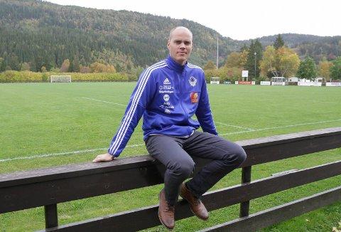 SVARER: Espen Isaksen, daglig leder i MIL Fotball sist sesong, avslører at det var en styreavgjørelse bak kortprotesten. Foto: Per Vikan