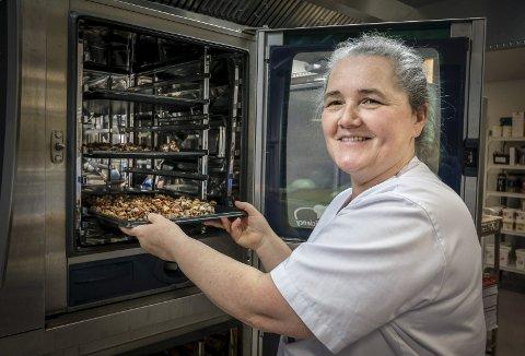 Verdi: Maj-Britt Hilstad mener det er viktig og verdifullt å ta vare på tradisjoner, også når det gjelder mat  på sykehuset. Foto: Øyvind Bratt