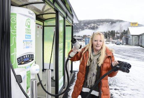 Elektrisk: Daglig leder Ingrid Thom ved Coop Korgen synes det er helt topp at en nasjonal utbygger av ladestasjoner for elbiler som Fortum Charge & Drive kom til Korgensenteret for å etablere et ladepunkt. Foto: Arne Forbord