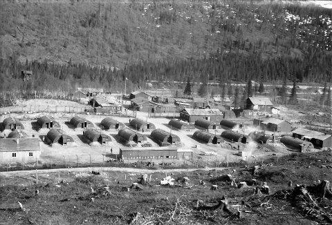 Historisk:  Bildet fra Dunderlandsleiren, som står i sterk kontrast til hvordan leirområdet ser ut i dag. Dette var en leir med en tydelig infrastruktur, til og med «fortauskanter» på innfartsveien.