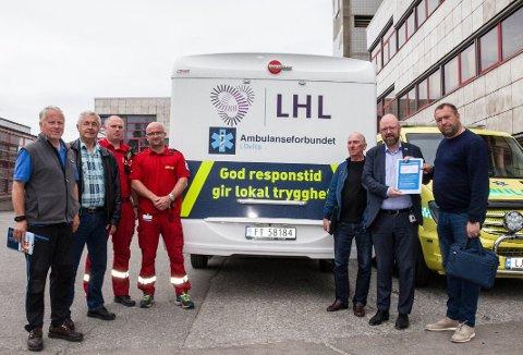 Ambulanseforbundet Deltas  leder, Ola Yttre  overrekker responsbarometeret som viser ikke godkjent til Geir Waage.