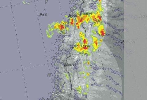 Værradaren til Meteorologisk institutt viser at regn- og tordenværet akkurat ikke traff Mo i Rana på sin vei nordover. Verre har det vært inn mot svenskegrensa.