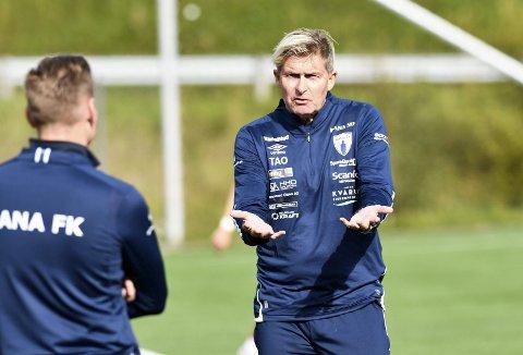 Thor André Olsen og Rainer Bergersen (med ryggen til) er i samtaler om framtida i Rana Fotballklubb. Rana FK vil ha landet trenerspørsmålet i god tid sett i lys av planleggingen av 2022-sesongen.