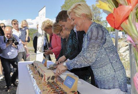 Etter nyheten om Ringeriksbanen i august 2015 serverte finansminister Siv Jensen, KrF-leder Knut Arild Hareide, Venstre-leder Trine Skei Grande og statsminister Erna Solberg togkake til de frammøtte på pressekonferansen på Sundøya. Nå utsettes prosjektet.
